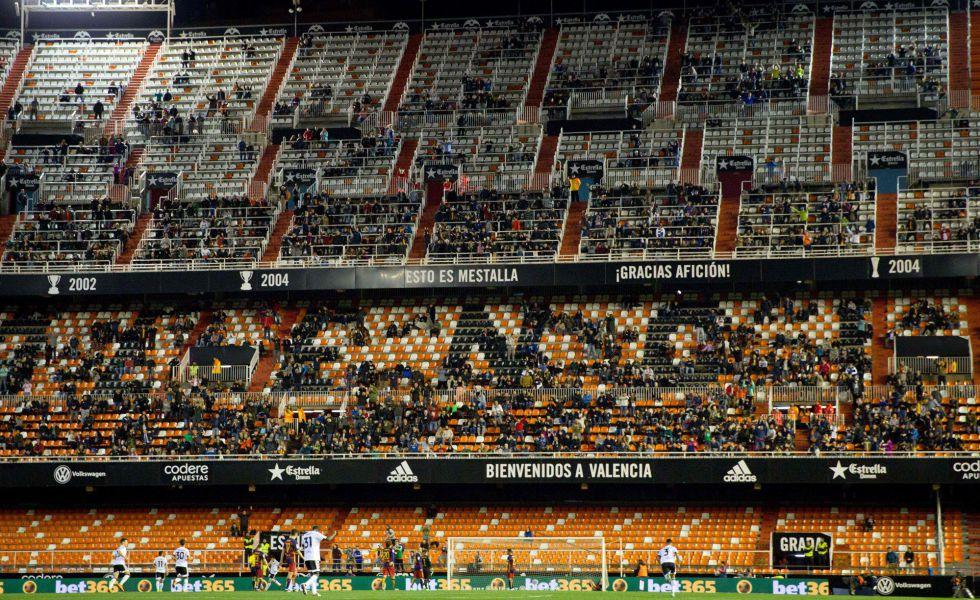 Las gradas despobladas de Mestalla durante el partido.