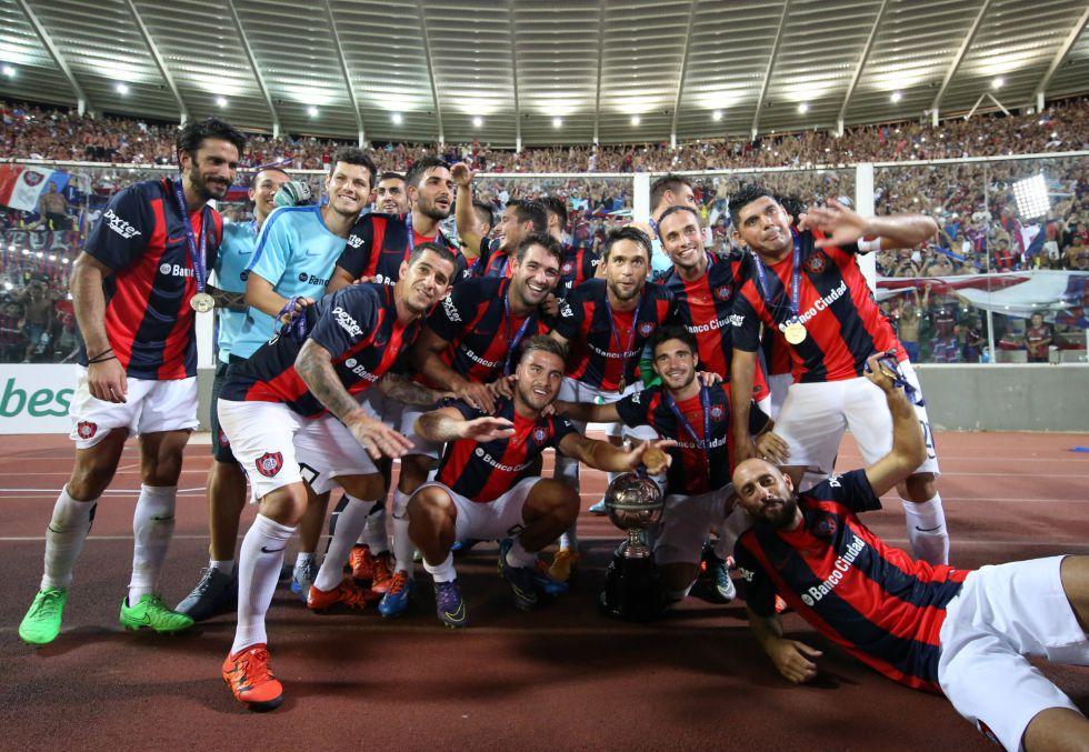 Los jugadores de San Lorenzo festejan la obtención de la supercopa argentina.