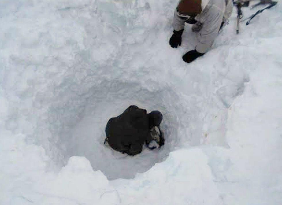 Personal de rescate del ejército indio buscando al soldado superviviente en el glaciar de Siachen.