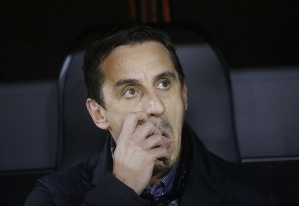 Gary Neville, en el banquillo del Camp Nou