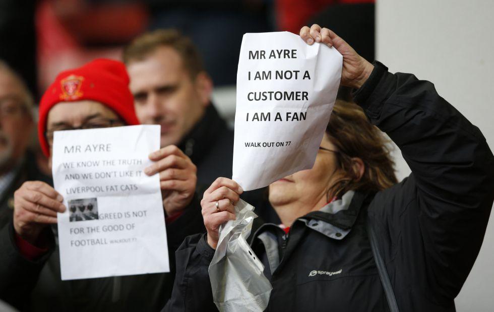 Una aficionada del Liverpool muestra un cartel con el lema: