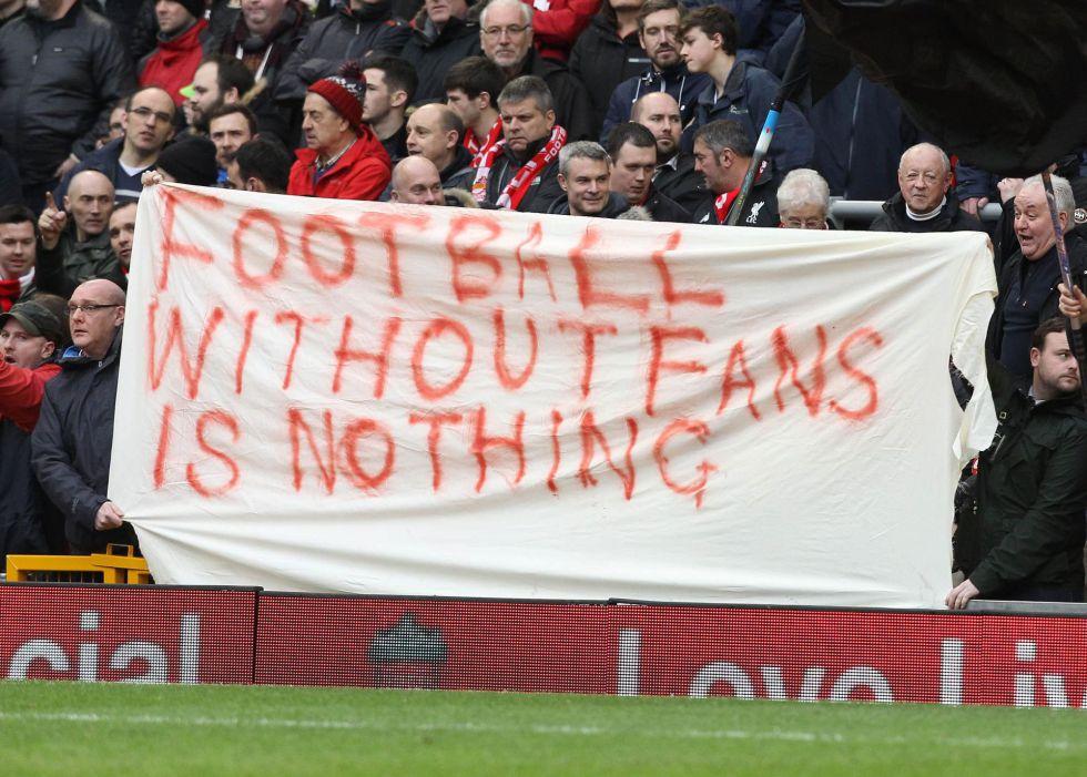 """Aficionados del Liverpool muestran una pancarta con el lema: """"El fútbol sin aficionados no es nada"""""""