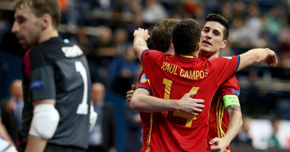 Los jugadores de España celebran uno de los goles a Kazajistán.