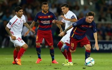 Messi regatea a Banega y Reyes en la pasada final de la Supercopa de Europa.