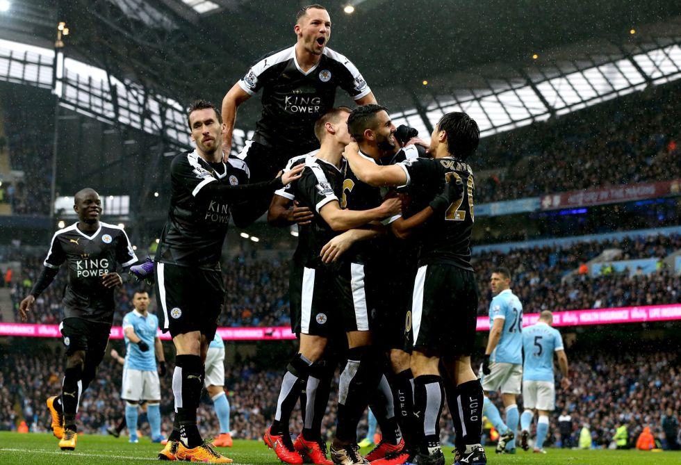 Los jugadores del Leicester celebran un gol al City.
