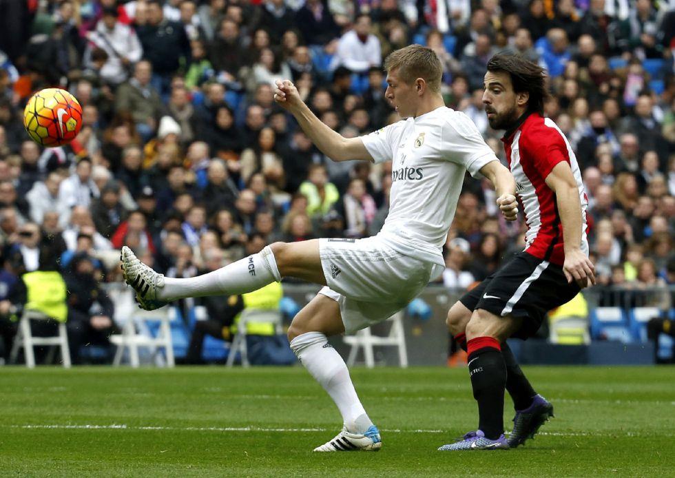 Kroos pelea un balón con Beñat.