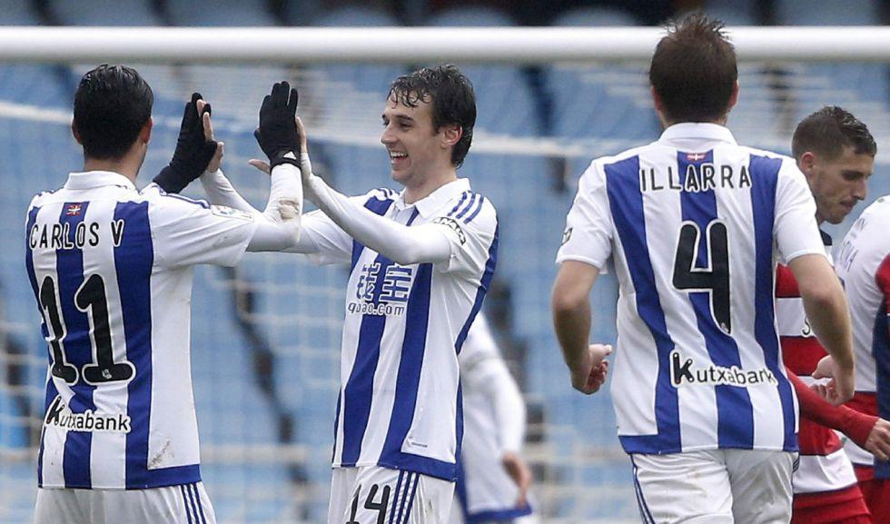 Los jugador de la Real Sociedad celebran el primer gol contra el Granada.