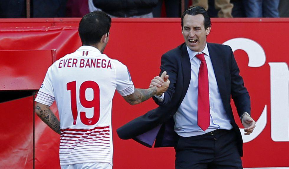 Emery se saluda con Banega.