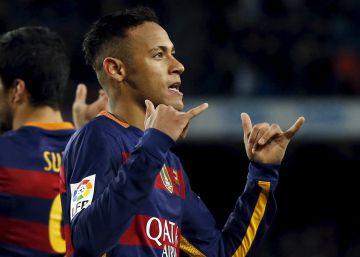 Messi y Luis Suárez homenajean a Cruyff con un penalti indirecto