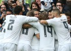 Los jugadores del Madrid celebran el primer gol ante el Athletic.