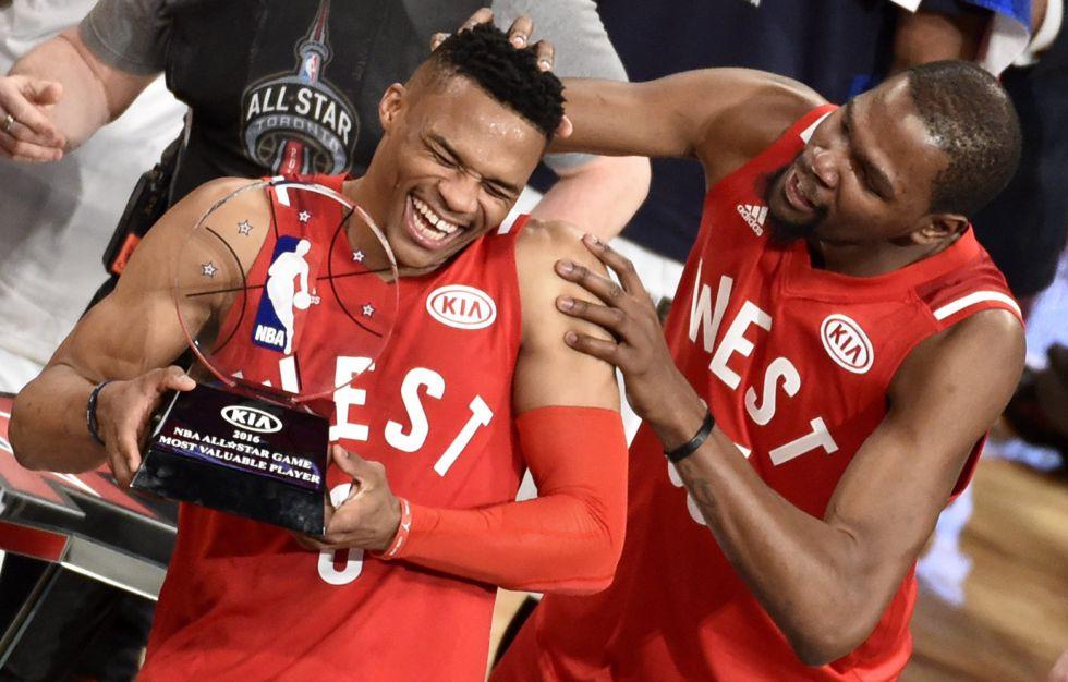 Durant felicita a Westbrook.