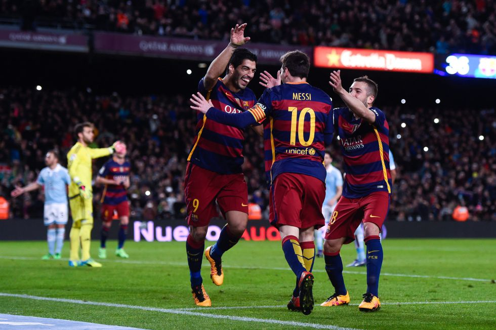 Suárez, Messi y Alba se abrazan tras marcar el penalti.