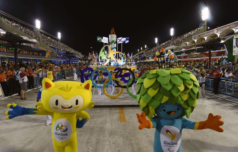 Las mascotas de Río 2016 desfilan en el sambódromo durante el Carnaval de Río de Janeiro.