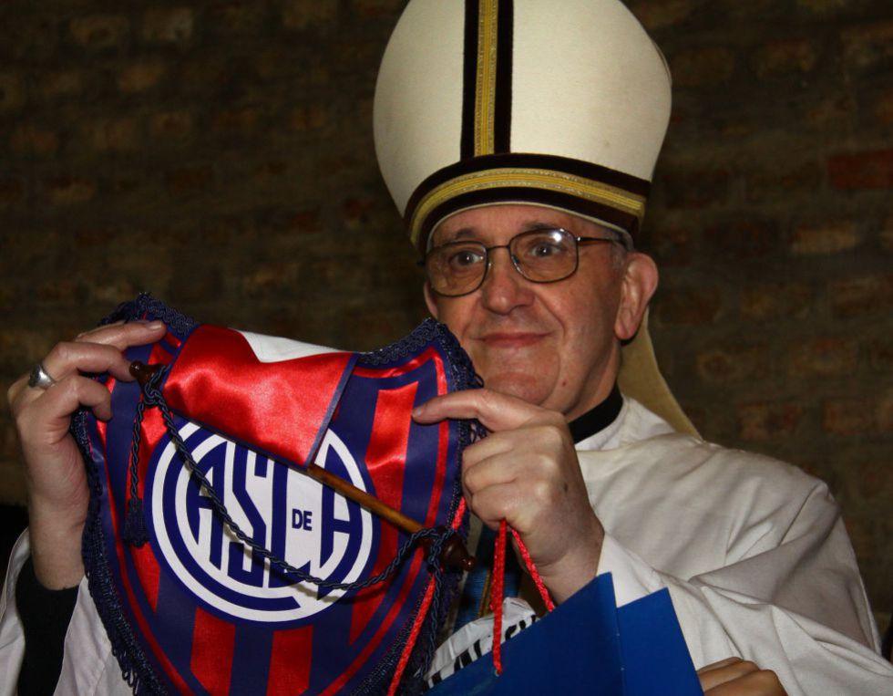 Jorge Mario Bergoglio, antes de ser el Papa, con la camiseta de San Lorenzo de Almagro