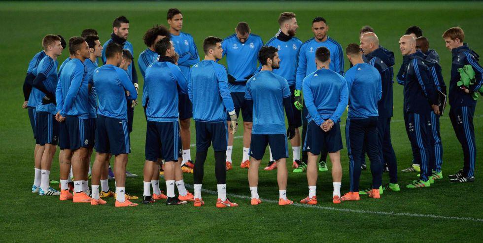 Zidane charla con sus jugadores durante un entrenamiento.