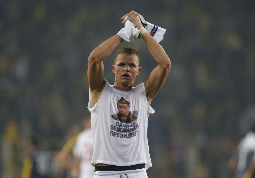 Tarasov muestra una camiseta de apoyo a Putin tras el partido.