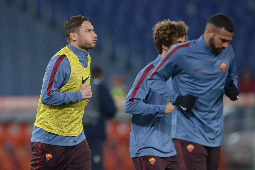 Totti entrena con sus compañeros en el estadio Olímpico de Roma.