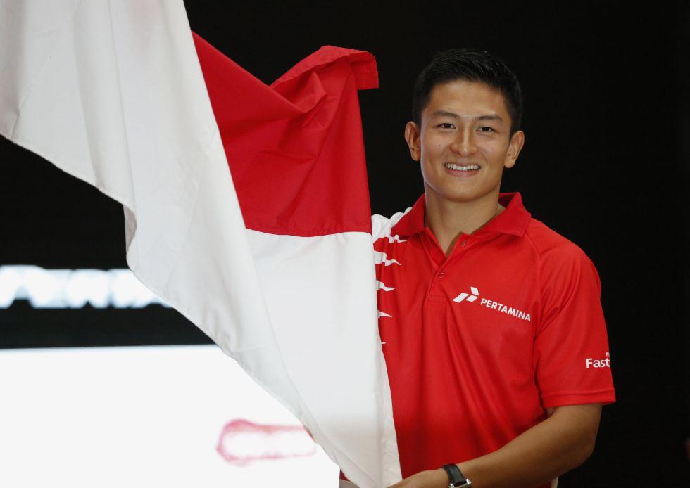 Rio Haryanto, nuevo piloto de Manor, posa con la bandera indonesia.