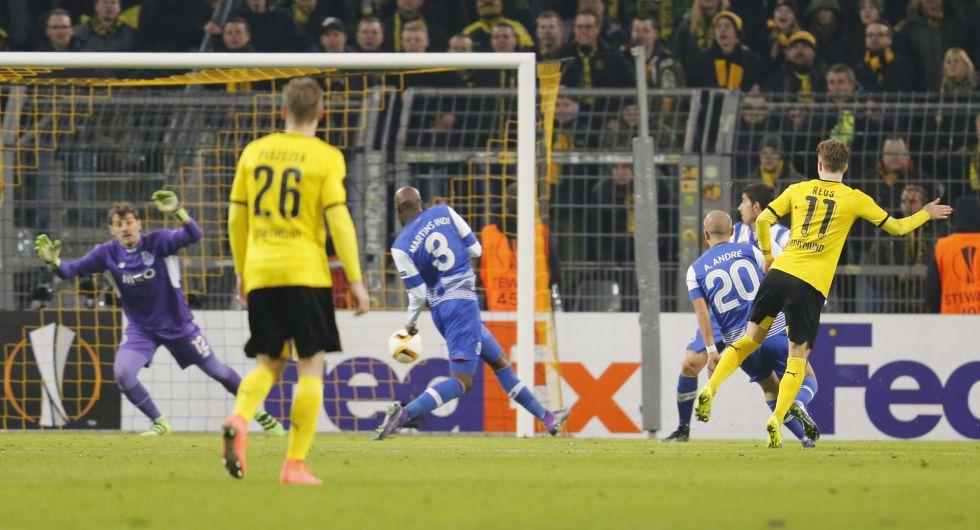 Reus remata en el segundo gol del Dortmund.