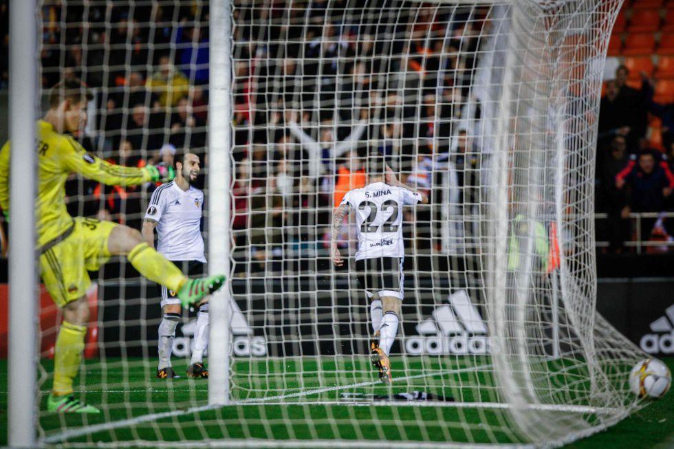 Santi Mina celebra uno de los goles