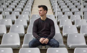 Juanpi posa en el estadio de atletismo Ciudad de Málaga.
