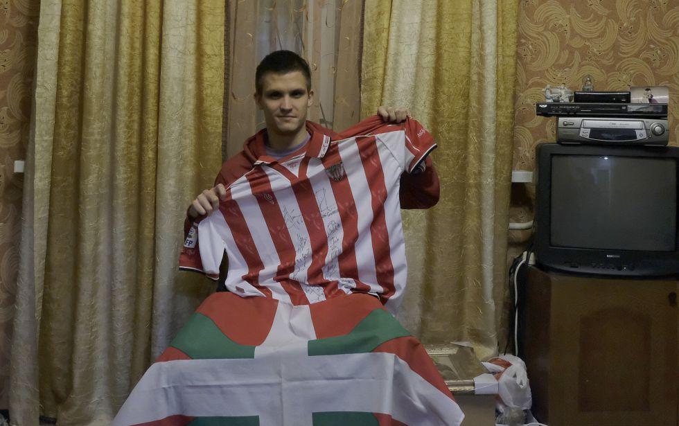 Dima posa en su casa de Ivankiv