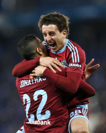 Oyarzabal celebra uno de sus goles con Jonathas.