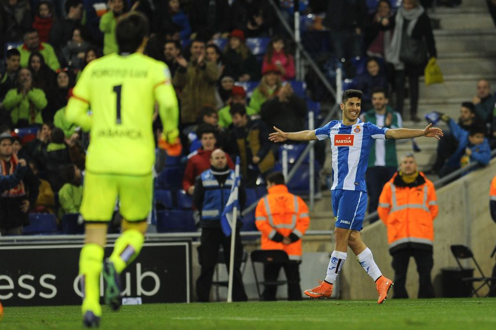 Marco Asensio celebra el gol, con Lux, de espaldas.