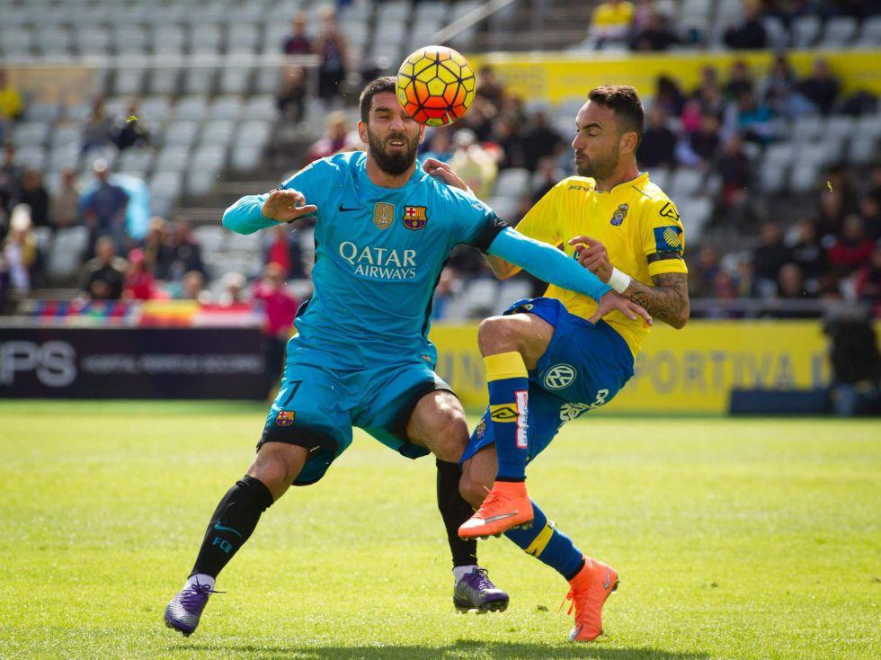 Arda controla el balón ante Momo en el partido Las Palmas-Barça.