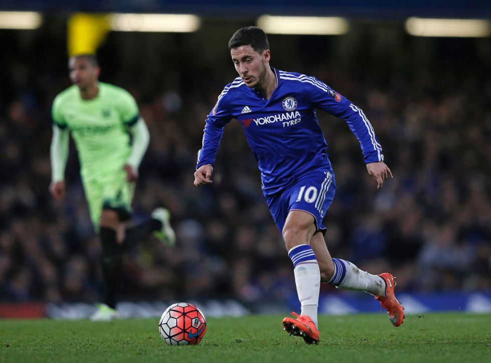 Hazard domina la pelota frente al City.