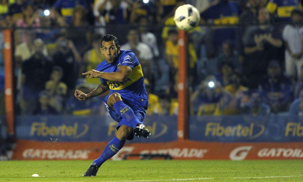 Carlos Tevez tira a gol contra Newells.