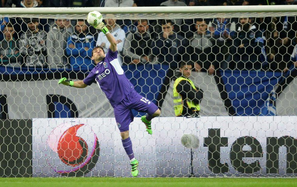 Casillas hace una palomita en el duelo entre el Oporto y el Moreirense.