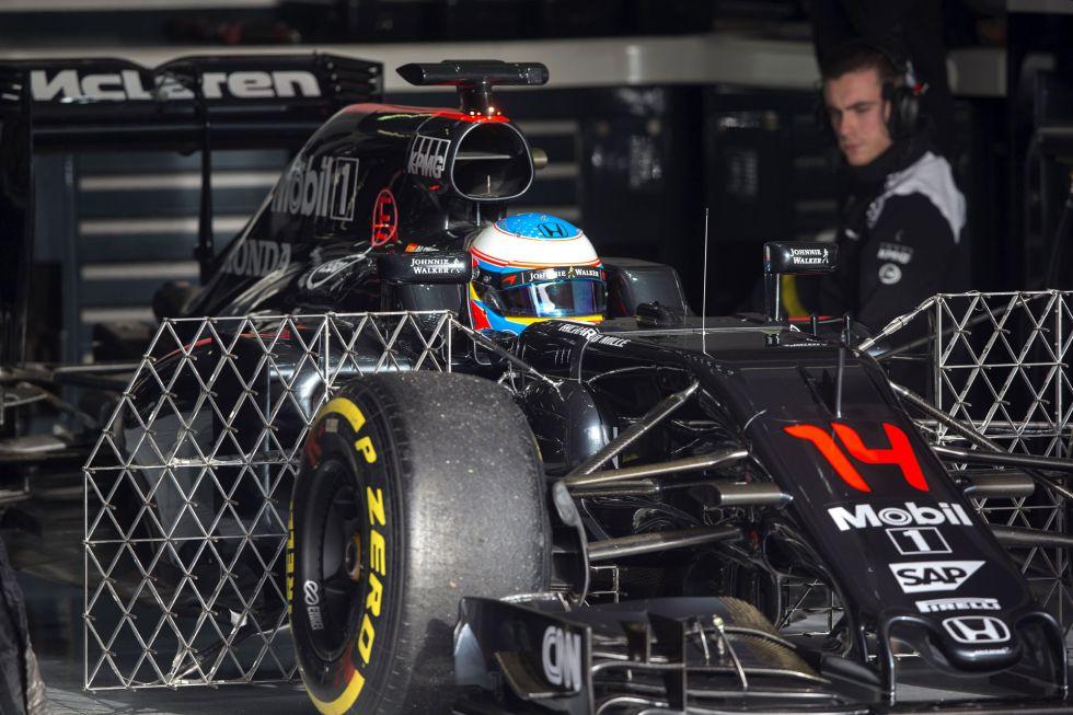 Fernando Alonso en el box de Montmeló