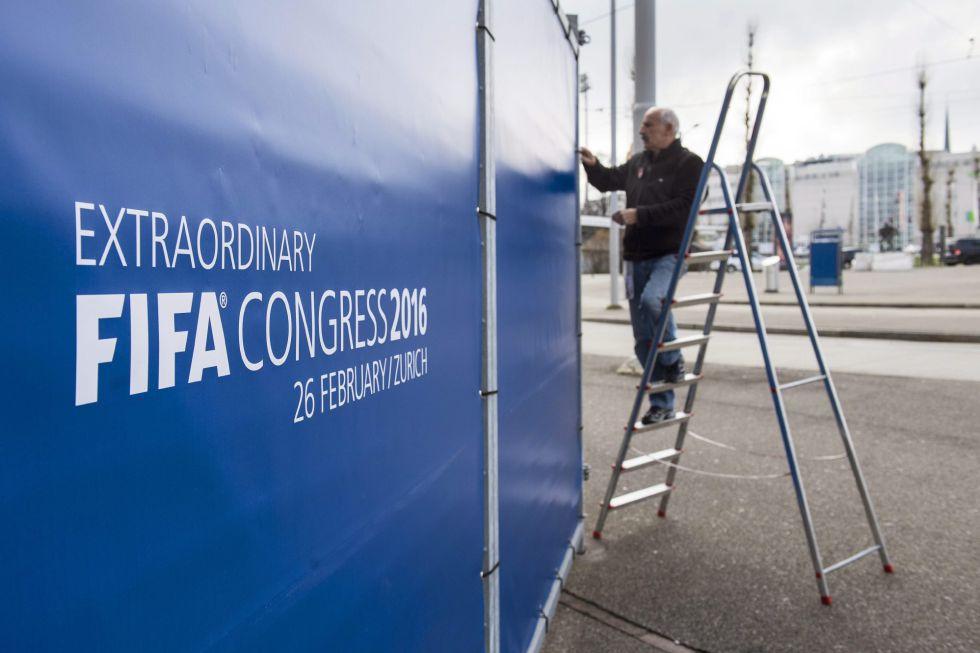 Un operario da los últimos retoques al cartel del Congreso de la FIFA en Zúrich.
