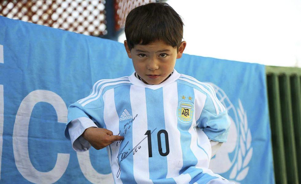 Murtaza Ahmadi, con la camiseta firmada por Messi.