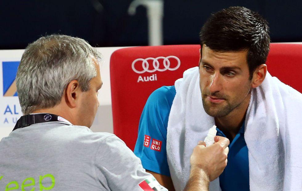 Djokovic es atendido por el médico en Dubái.