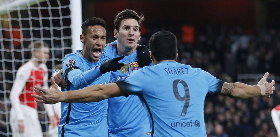 Neymar, Messi y Suárez festejan un gol al Arsenal.