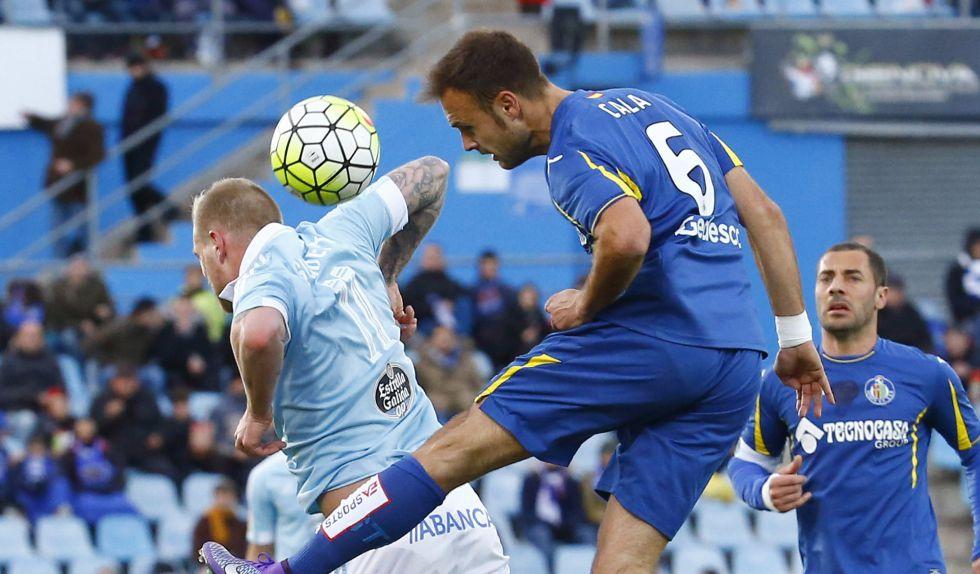 Guidetti y Cala pugnan por un balón.