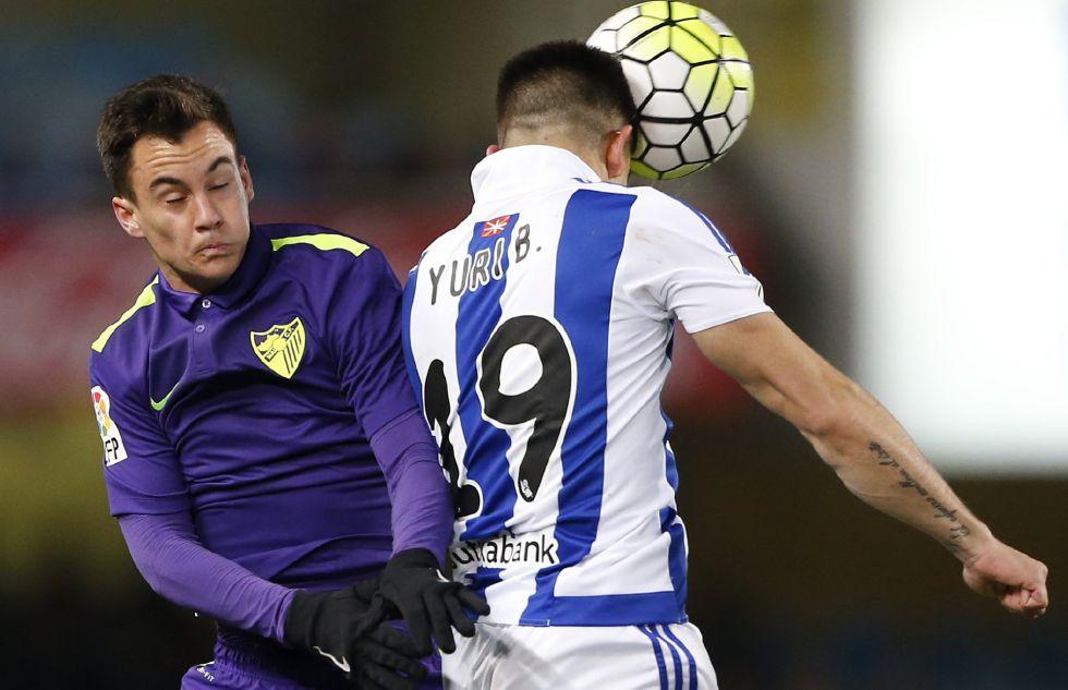 Juanpi y Yuri pugnan por el balón.