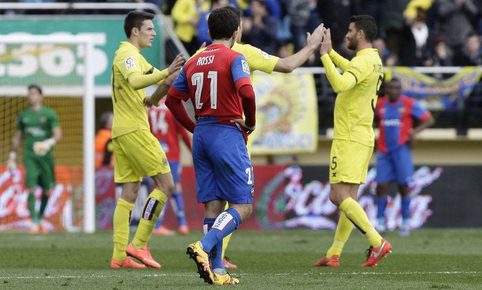 Los jugadores del Villarreal celebran un gol ante Rossi.