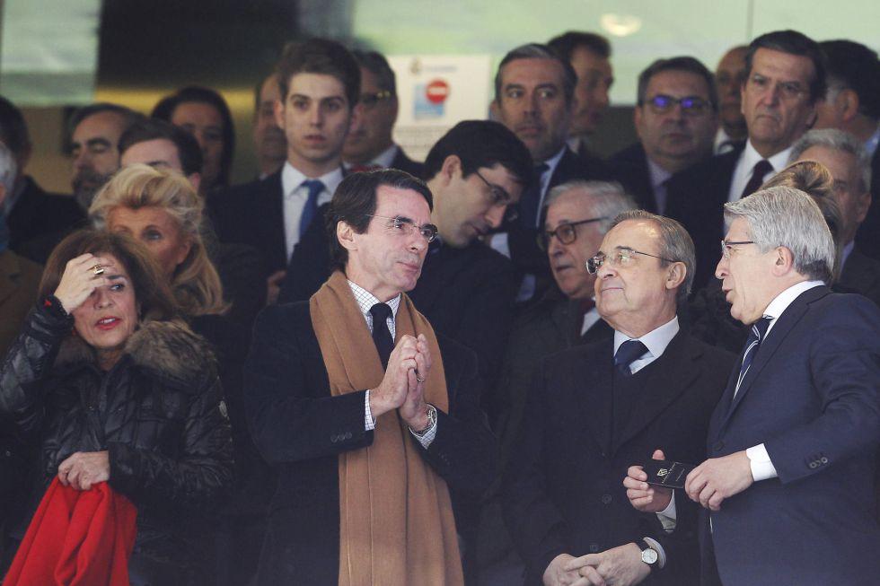 Aznar, Florentino Pérez y Cerezo en el palco del Bernabéu.