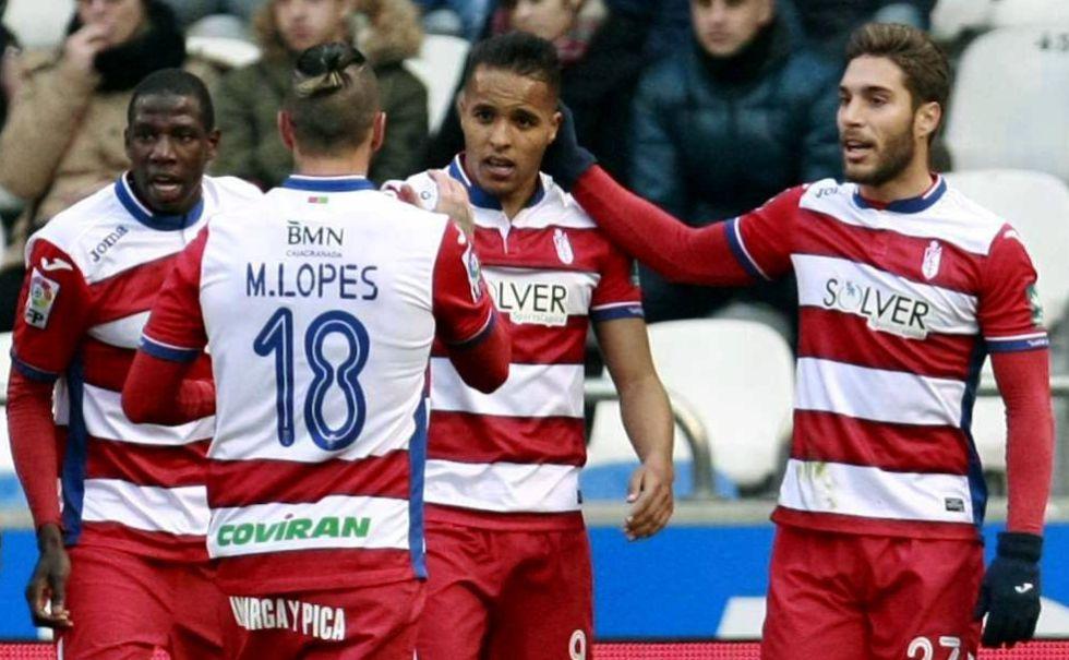 Los jugadores del Granada celebran el gol de su equipo.