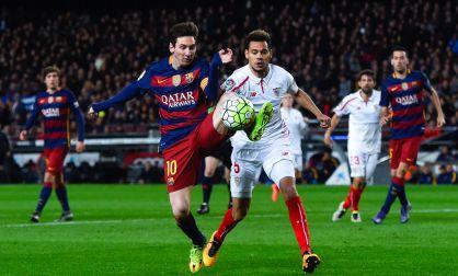 Messi domina el balón ante Kolo, en el duelo Barça-Sevilla.