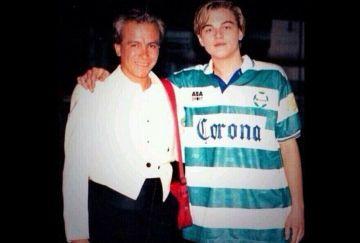 DiCaprio posa con la camiseta del Santos Laguna, en 1996