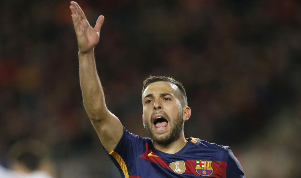 Alba protesta una jugada durante el partido contra el Sevilla