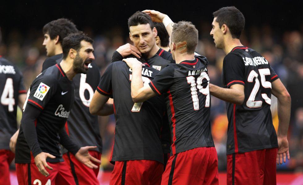 Aduriz celebra con sus compañeros un gol en Mestalla
