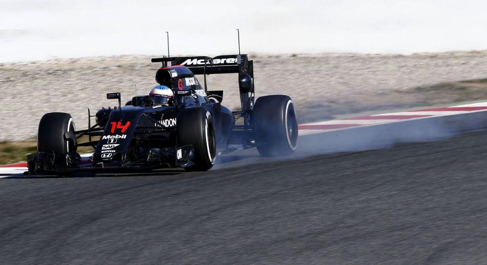 Alonso traza una curva en la sesión de Montmeló.