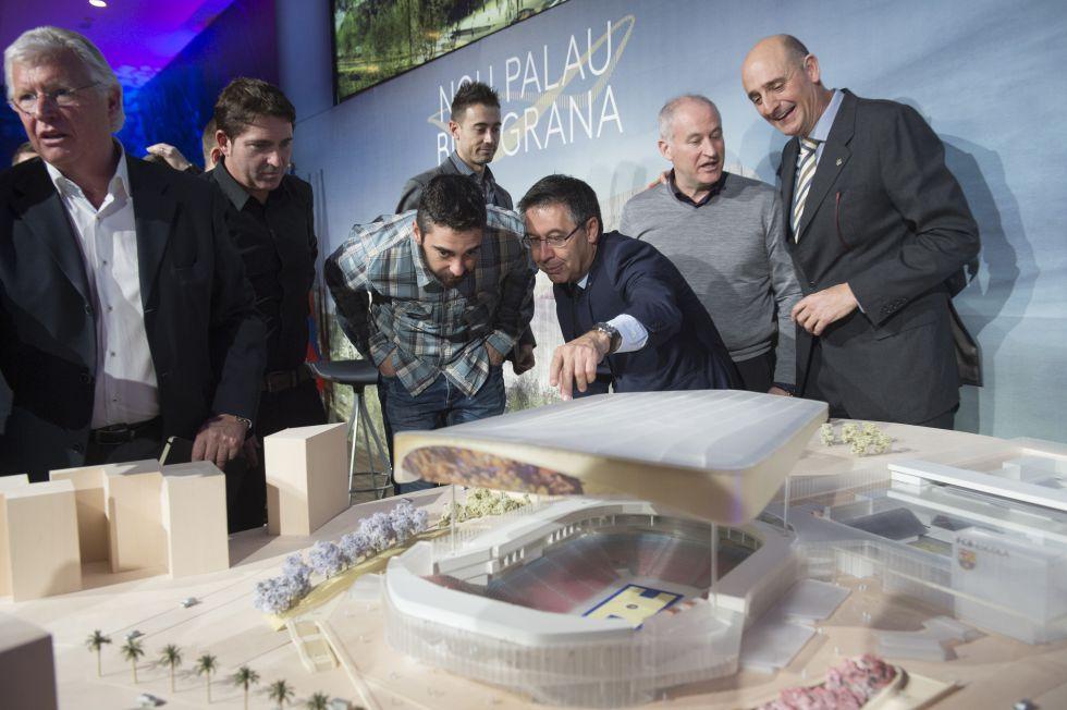 Bartomeu muestra la maqueta del Palau a Navarro.