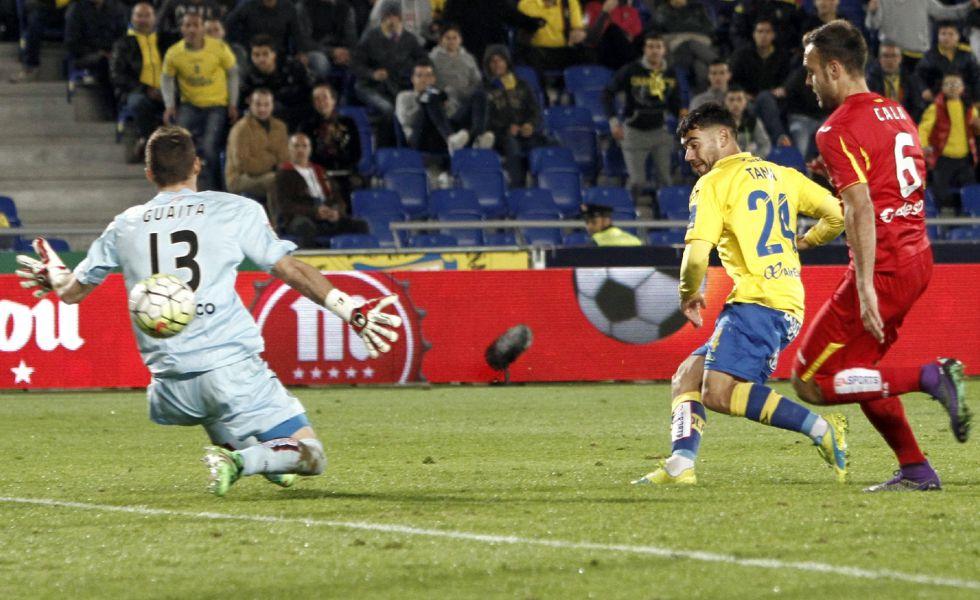 Tana Domínguez marca el tercer gol a Guaita.