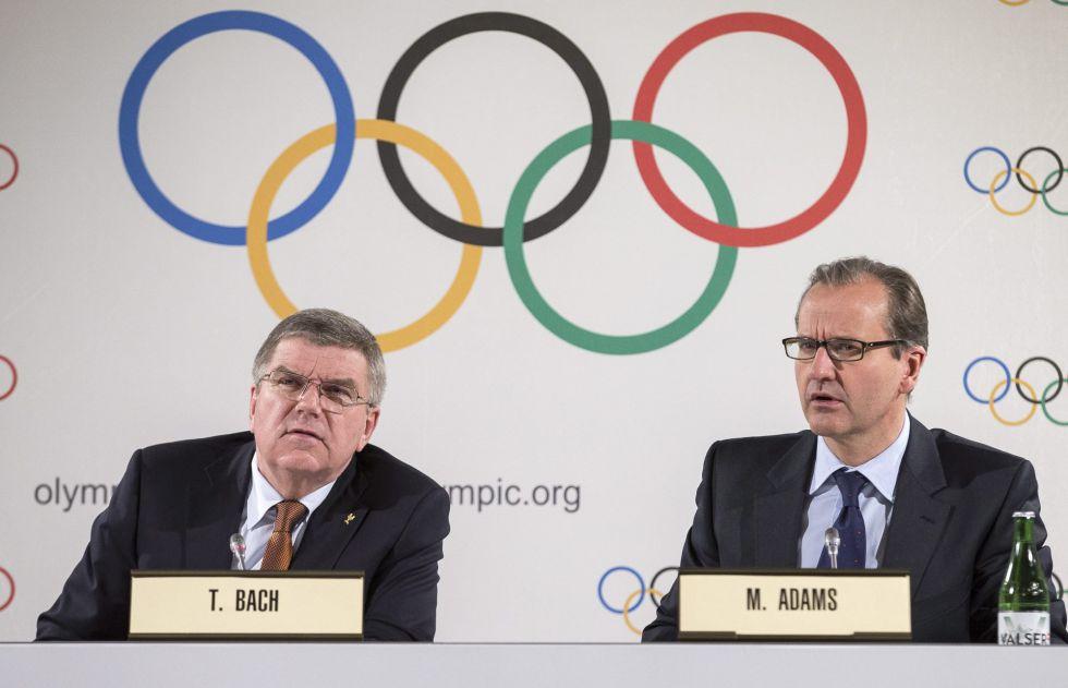 A la izquierda, Thomas Bach, presidente del COI, durante el anuncio.